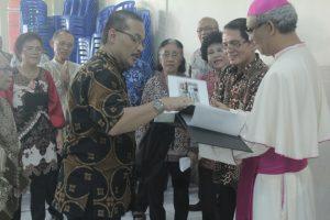 Uskup Bogor Mgr Paskalis Bruno Syukur OFM melihat album foto dari Pastor Paroki St Markus RD Antonius Dwi Haryanto yang disampaikan oleh kelompok paduan suara Lansia Simeon-Hana St Markus Depok, Minggu (28/6) lalu.