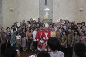 Uskup Bogor Mgr Paskalis berfoto bersama umat Paroki St Markus seusai Misa, Minggu (29/6)