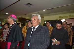 Uskup Paskalis didampingi Ketua FKKUD Kota Depok, Pendeta Yosef Sumekto