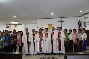 Romo Boni dan para imam lainnya berfoto bersama keluarga usai Misa.