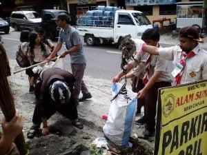 Bekerja sama dengan baik membersihkan sampah.