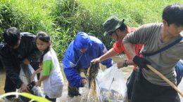 Antusiasme anak dan dewasa membersihkan sungai.