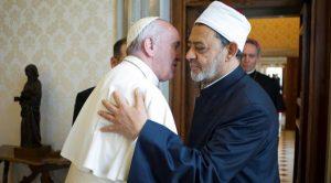 095241100_1464061536-20160523-pelukan-bersejarah-paus-dan-imam-besar-al-azhar-di-vatikan-afp-1
