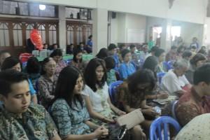 Umat dan OMK serta lansia Paroki St Markus Depok II Timur mendengarkan arahan dari Uskup Bogor Mgr Paskalis Bruno Syukur OFM dalam ramah tamah seusai misa di Paroki St Markus Depok II Timur, Minggu (29/6) pagi