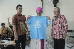 Uskup Bogor Mgr Paskalis Bruno Syukur OFM menerima cenderamata dari Ketua OMK St Markus Depok, Dwiki (kiri) disaksikan Wakil Ketua DPP St Markus Depok, Ignatius Mardjono.